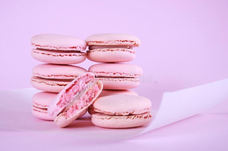 Galletas rosadas de los pastelitos de los macarons fotos de archivo