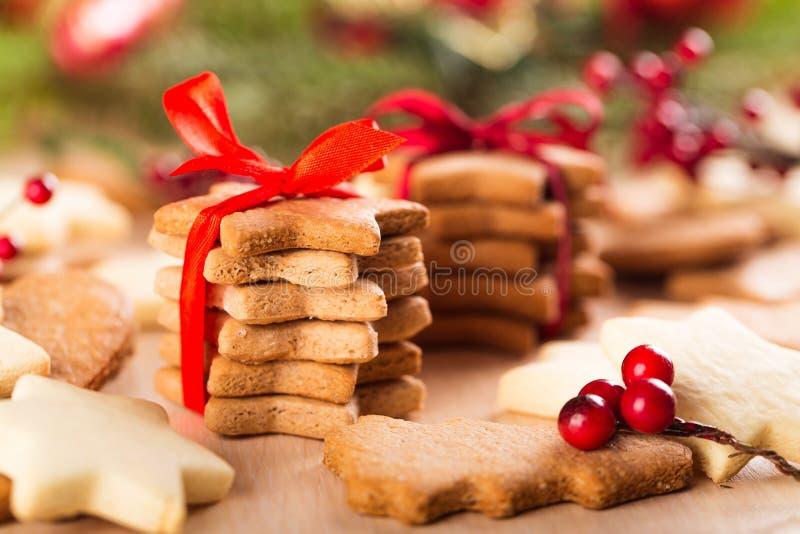 Galletas sabrosas de la Navidad con la cinta roja encendido foto de archivo libre de regalías