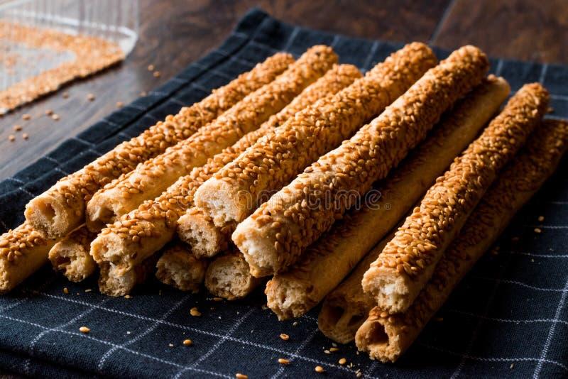 Galletas saladas crujientes del palillo del pretzel con sésamo fotografía de archivo libre de regalías