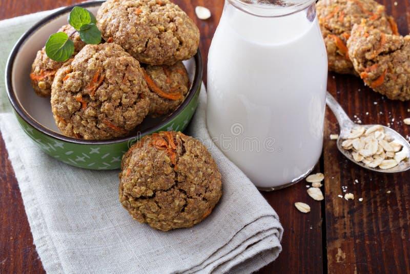 Galletas sanas de la zanahoria de la harina de avena imagenes de archivo
