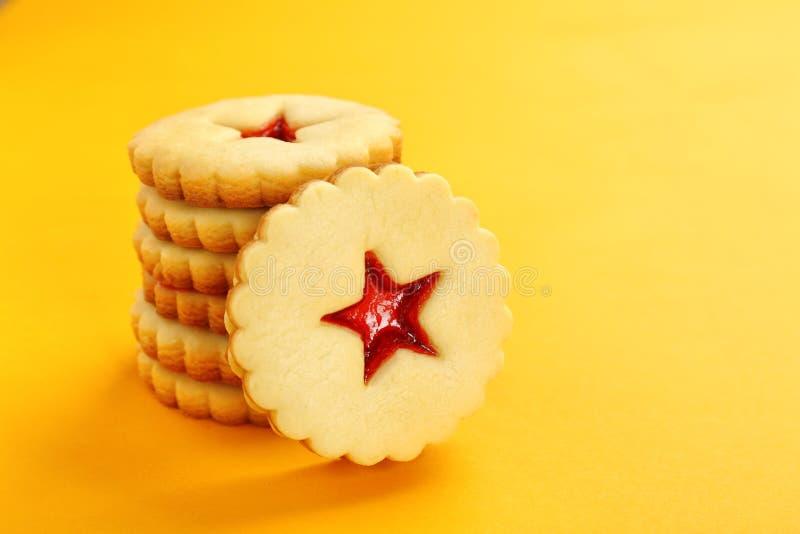 Galletas tradicionales de Linzer de la Navidad con el atasco dulce fotografía de archivo