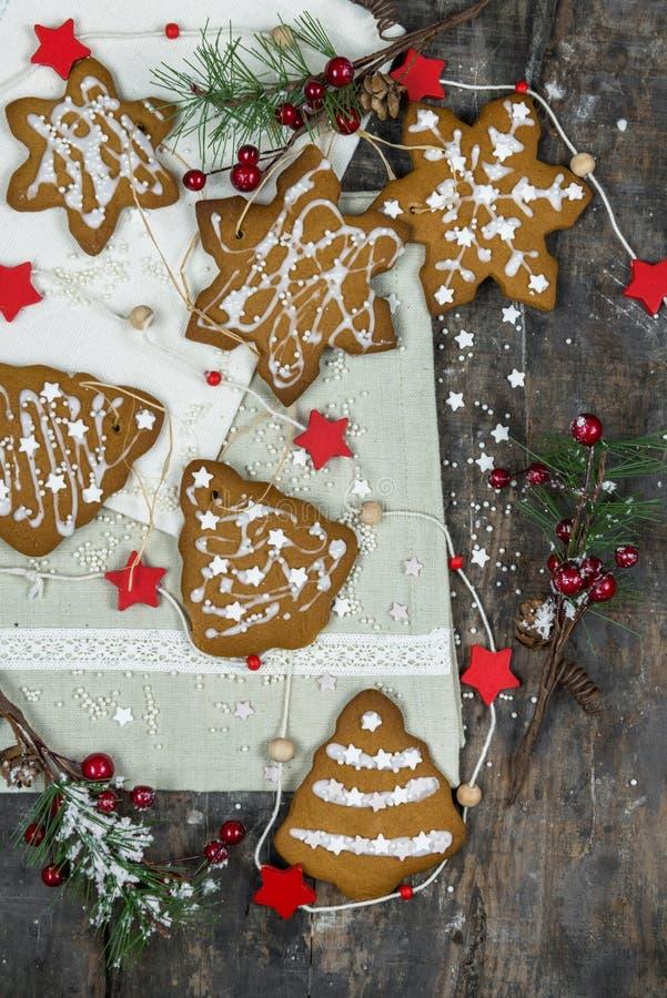 Galletas tradicionales del pan de jengibre de la Navidad fotografía de archivo