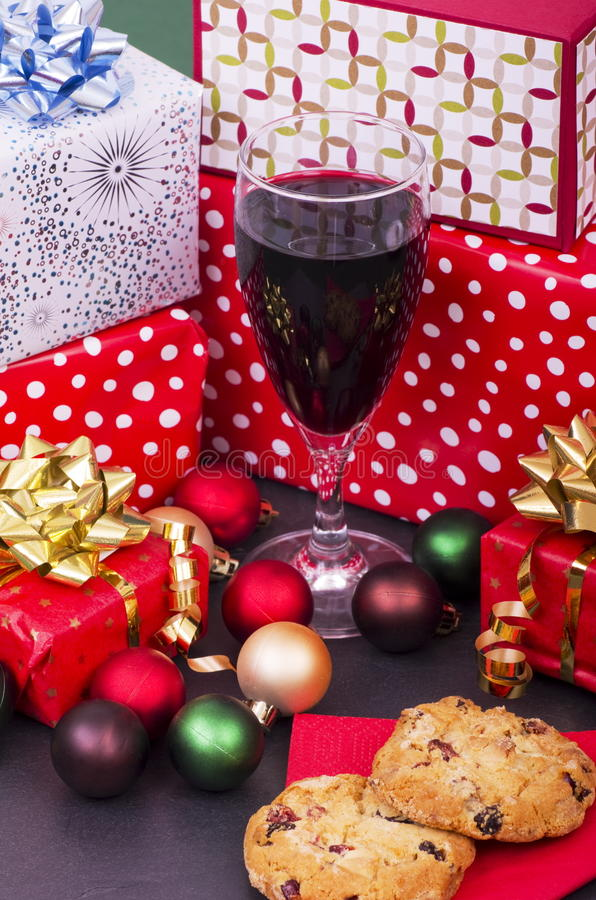 Galletas, vino y presentes de la Navidad fotografía de archivo libre de regalías