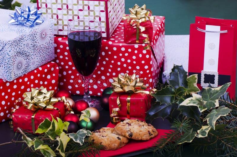 Galletas, vino y presentes de la Navidad imágenes de archivo libres de regalías