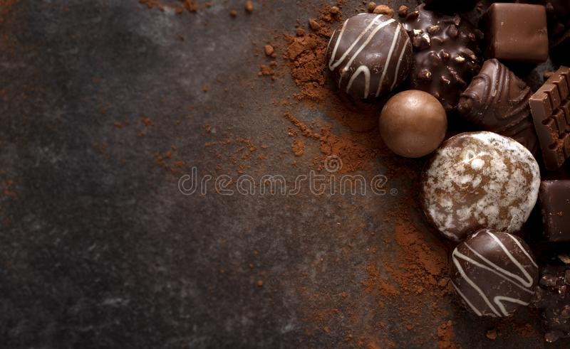 Galletas y almendras garapiñadas del chocolate de la Navidad en los wi de piedra oscuros de una losa imagen de archivo libre de regalías