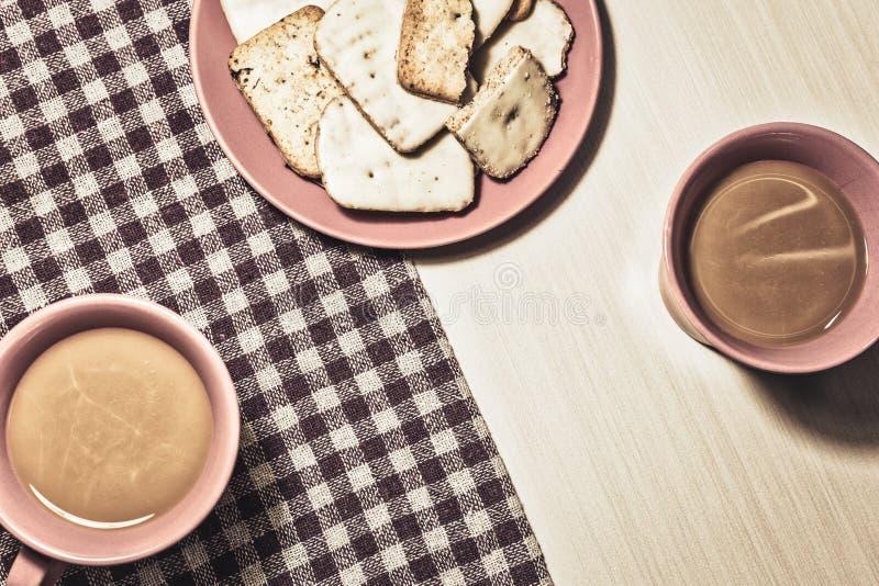 Galletas y café para dos en estilo del vintage imagenes de archivo
