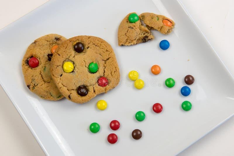 Galletas y caramelos de chocolate dulces deliciosos imagenes de archivo