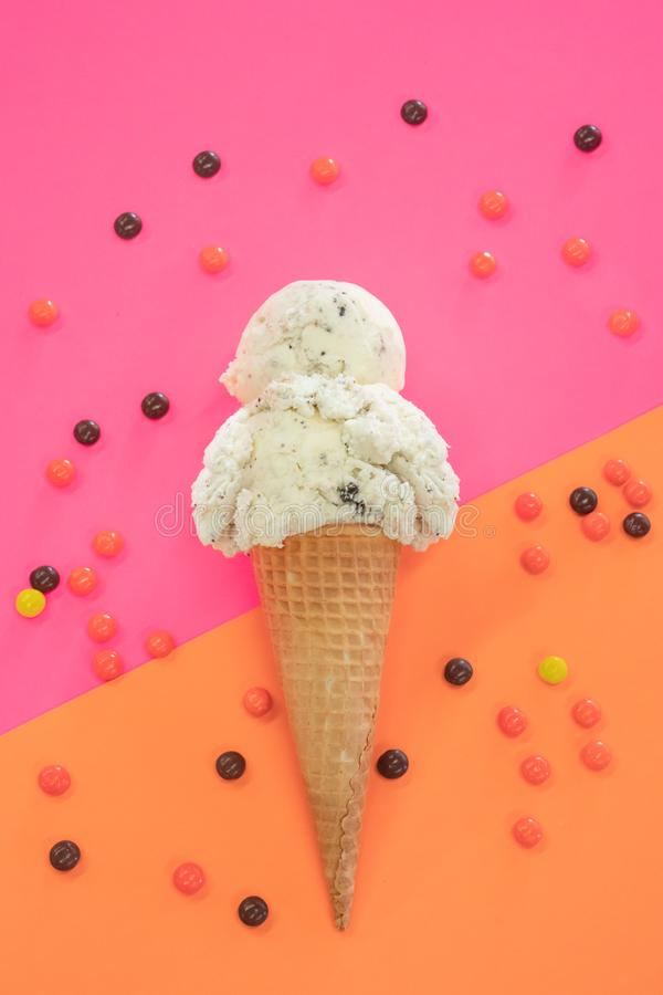 Galletas y cono de helado de la crema en fondo vibrante imagen de archivo libre de regalías
