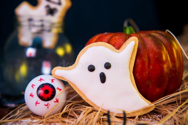 Galletas y dulces adornados hechos en casa frescos de Halloween imagenes de archivo
