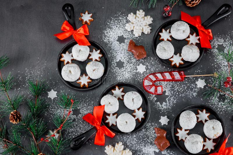 Galletas y galletas dulces de los postres por días de fiesta: la Navidad, nuevo year' víspera de s fotos de archivo