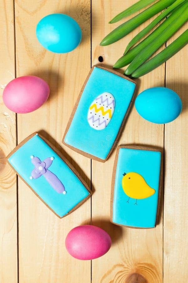 Galletas y huevos hechos en casa del pan de jengibre de Pascua en la tabla de madera imágenes de archivo libres de regalías