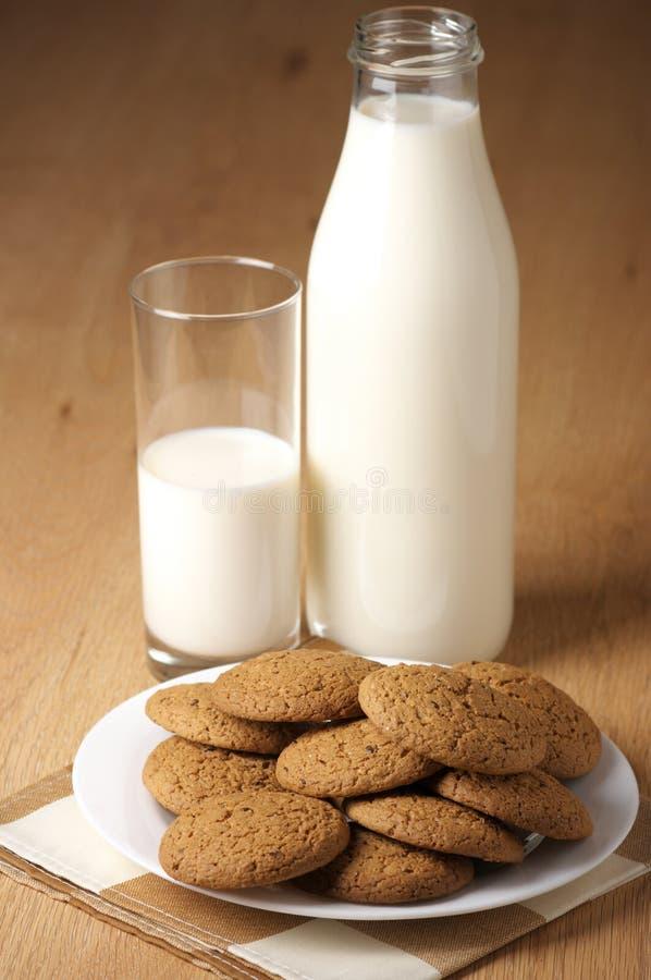 Galletas y leche de la avena imágenes de archivo libres de regalías