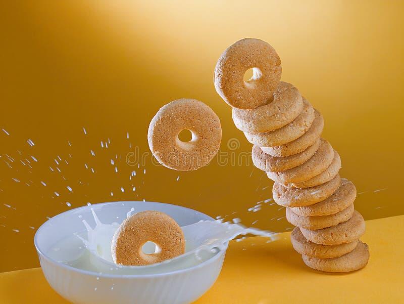 Galletas y leche para el desayuno foto de archivo libre de regalías