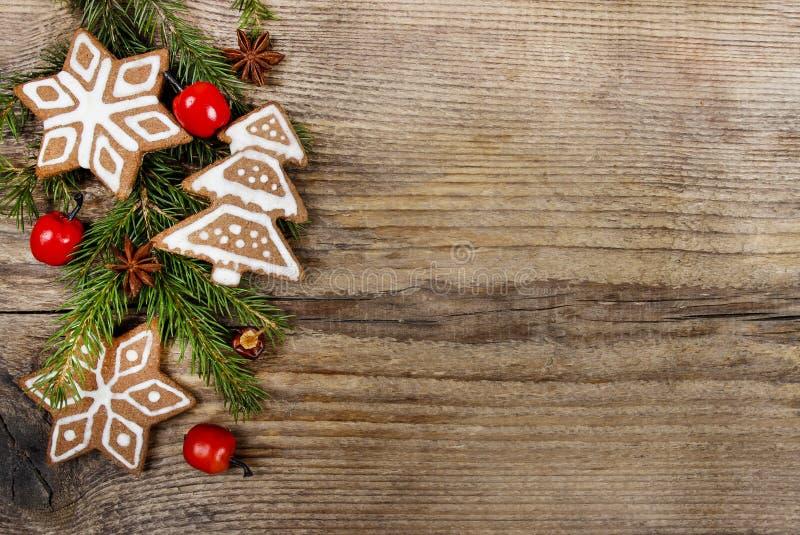 Galletas y manzanas de la Navidad en fondo de madera foto de archivo libre de regalías
