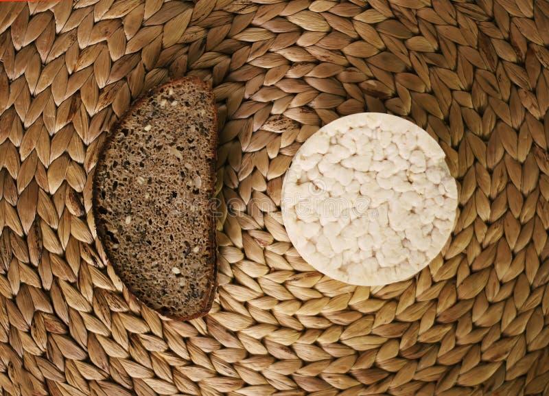 Galletas y pan del arroz blanco en la estera de lugar del whicker imagen de archivo libre de regalías