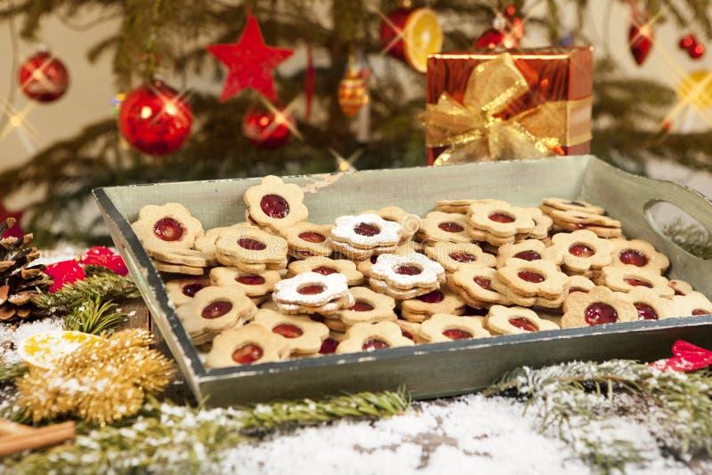 Galletas y regalo debajo del árbol de navidad foto de archivo