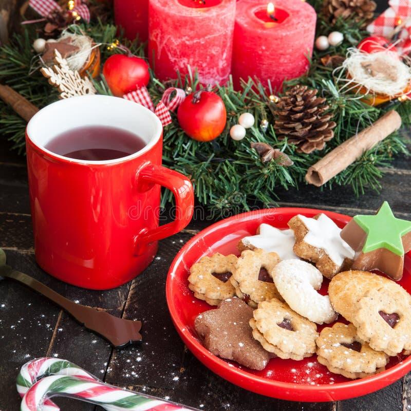 Galletas y té de la Navidad imagenes de archivo