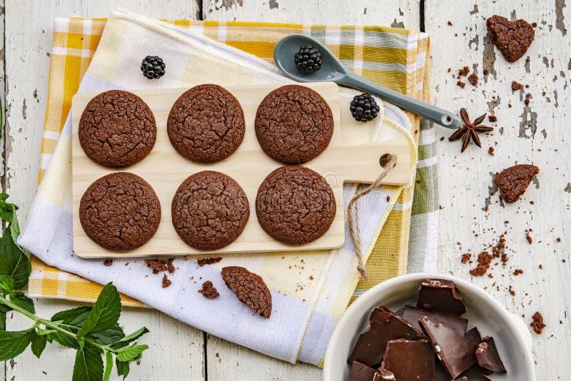 Galletas y tablero del chocolate en la tabla de madera Visi?n superior imágenes de archivo libres de regalías