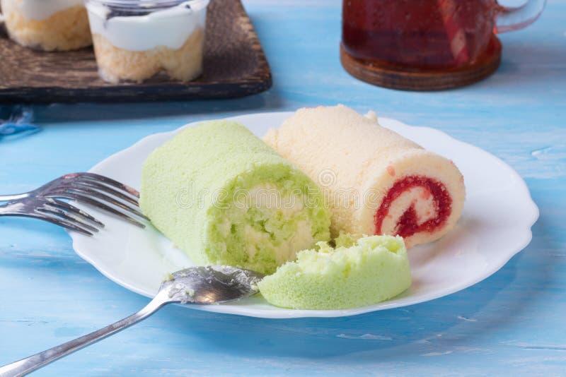 Galletas y torta de la crema imagenes de archivo