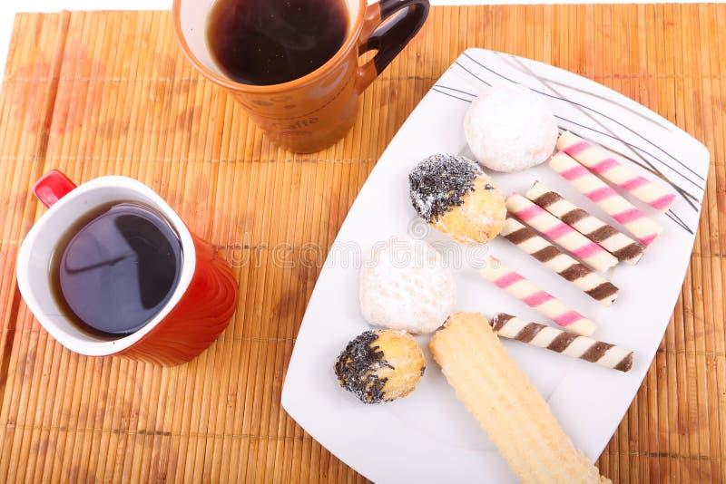 Galletas y tortas con dos tazas de té foto de archivo libre de regalías