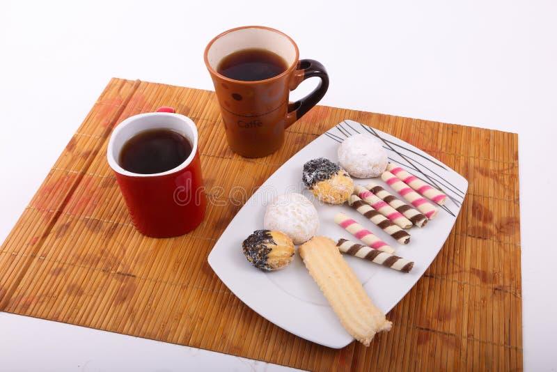 Galletas y tortas con dos tazas de té foto de archivo