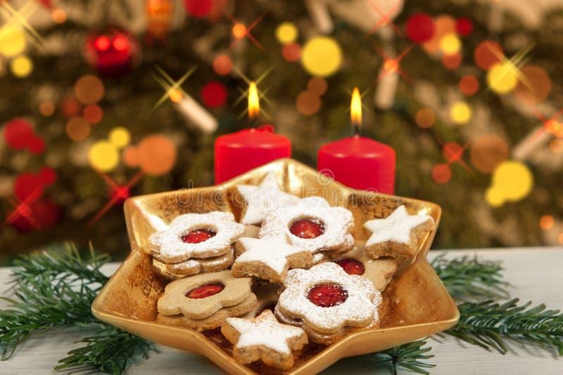 Galletas y velas debajo del árbol de navidad fotos de archivo libres de regalías