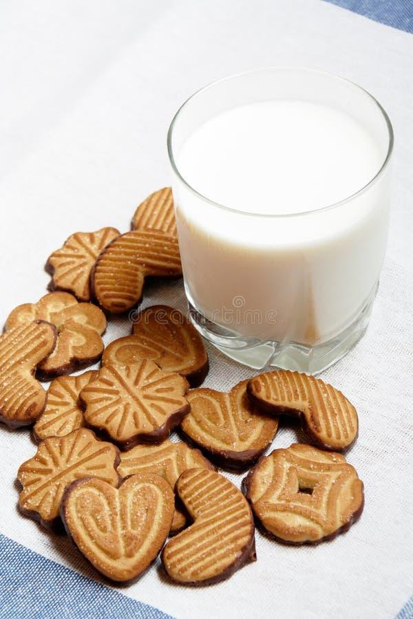 Galletas y vidrio de leche Foco selectivo en las galletas fotos de archivo libres de regalías