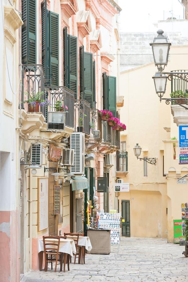 Gallipoli, Apulia - mayo de 2017 - fachadas tradicionales en el más pedest fotografía de archivo