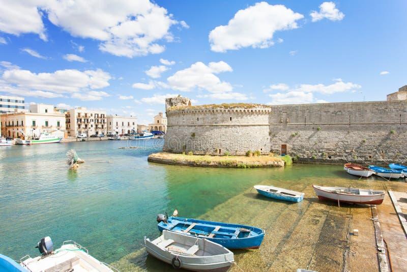 Gallipoli, Apulia - Traditionele het roeien boten bij de zeehaven van G stock fotografie