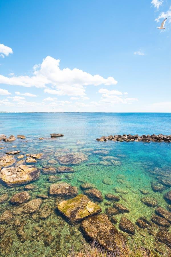 Gallipoli Apulia - underbara vattenfärger på den lugna stranden royaltyfria bilder