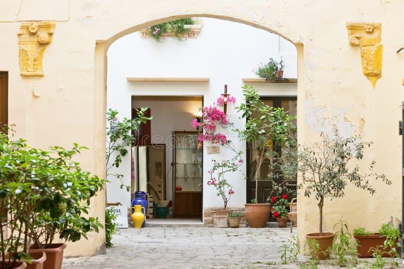 Gallipoli, Puglia - maggio 2017 - una vista nel cortile di un metà di fotografia stock libera da diritti