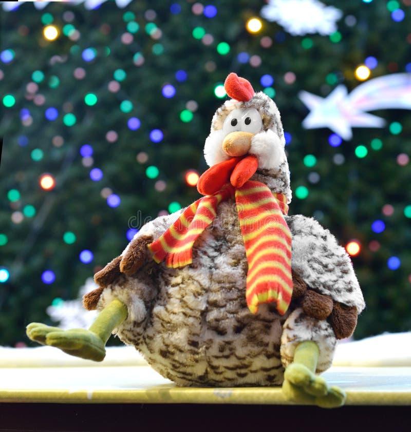 Gallo contro fondo dell'albero di Natale immagini stock