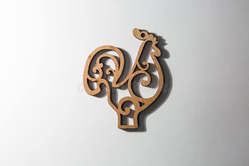 Gallo de madera en un fondo blanco, símbolo 2017 stock de ilustración