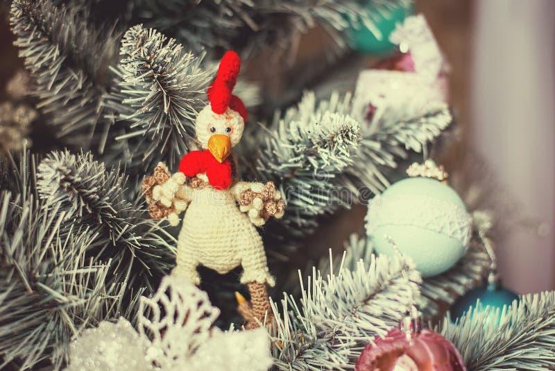 Gallo del giocattolo tricottato sul Natale dell'albero immagini stock