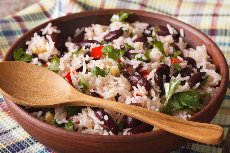 Gallo Pinto: ρύζι με τα κόκκινα φασόλια σε μια κινηματογράφηση σε πρώτο πλάνο κύπελλων οριζόντιος στοκ εικόνες