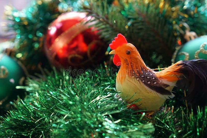 Gallo sui precedenti dell'albero di Natale immagine stock libera da diritti