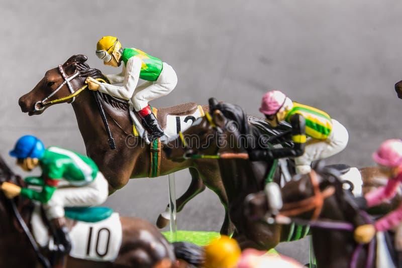 Galloping jinetes y caballos de carreras juguetes compitiendo por su posición Concepto de competir por la victoria foto de archivo