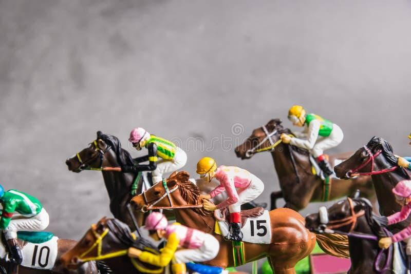 Galloping jinetes y caballos de carreras juguetes compitiendo por su posición Concepto de competir por la victoria fotos de archivo libres de regalías