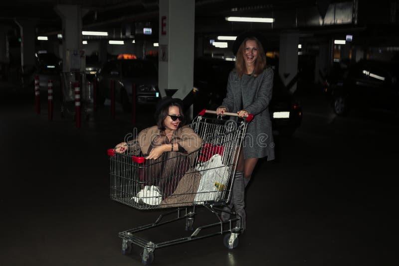 Galna livliga flickor i parkeringsplats royaltyfria bilder