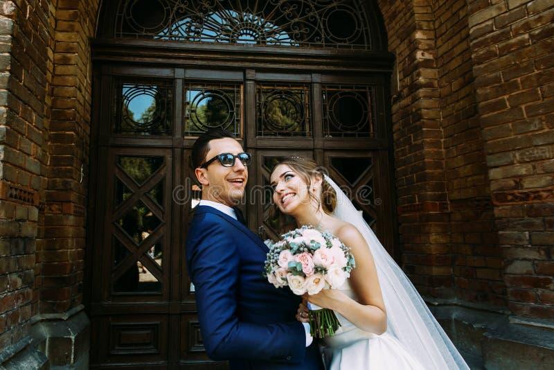 Galna positiva par i deras bröllopdag royaltyfria foton