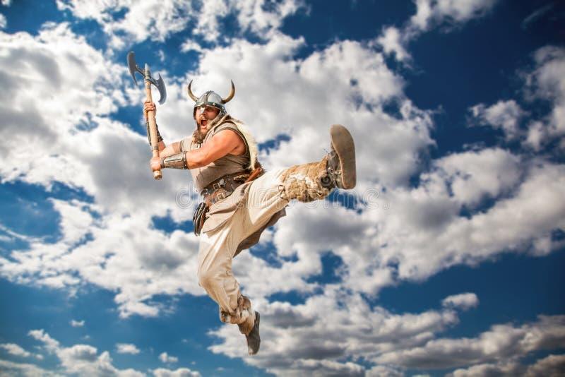 Galna starka viking som anfaller från skyÑŽ royaltyfri fotografi