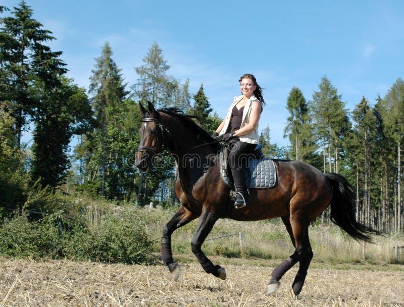 Galope. Caballo y equestrienne.