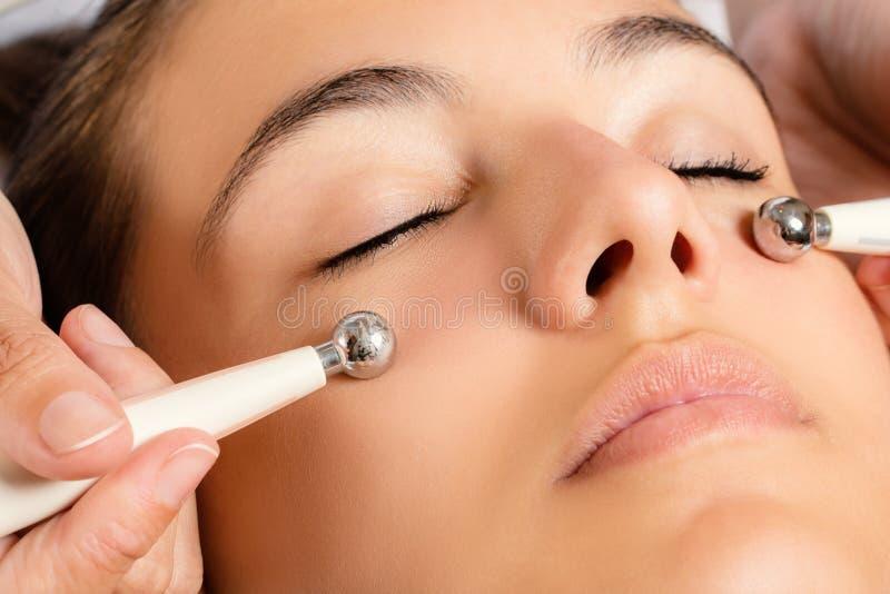 Galvanische Gesichtsbehandlung mit niedrigen gegenwärtigen Elektroden stockfotografie