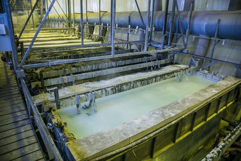 Galvanización en envases ácidos de la aguafuerte en taller galvánico fotografía de archivo libre de regalías