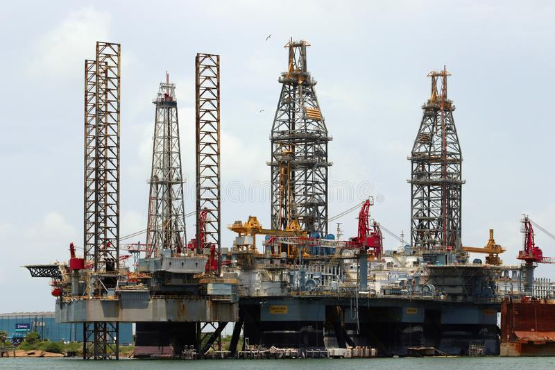 GALVESTON, TEXAS, EUA - 9 DE JUNHO DE 2018: Plataforma petrolífera entrada, equipamento de furo a pouca distância do mar, no port fotos de stock