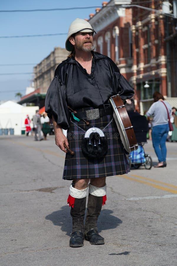 Galveston, TX/USA - 12 06 2014: Männlicher Schlagzeuger im traditionellen schottischen Kostüm bei Dickens auf dem Strang-Festival lizenzfreie stockbilder