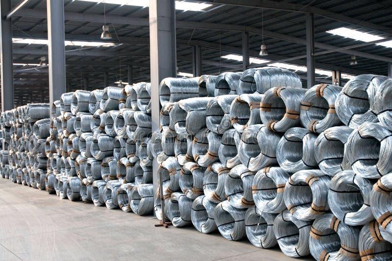 Galwanizować stalowego drutu zwitki w fabryce obrazy stock