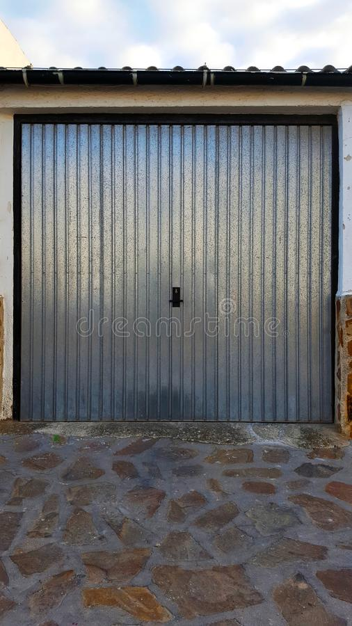Galwanizujący metalu garażu drzwi Z cyna dachem fotografia royalty free