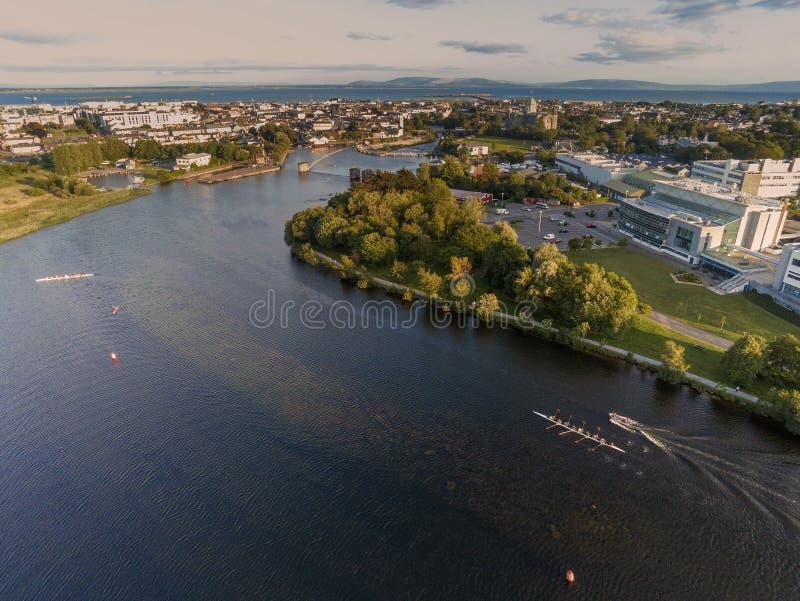 Galway εναέρια άποψη πόλεων από τον ποταμό Corrib, μεγάλη πρακτική eights στο νερό στοκ εικόνες
