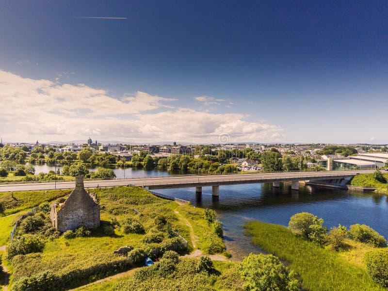 06/21/2019 Galway, Ιρλανδία: Κάστρο Terryland, γέφυρα πέρα από τον ποταμό Corrib, Galway εναέρια άποψη πόλεων, νεφελώδης ουρανός, στοκ εικόνες